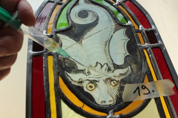 Kirchenschiff, gesprungene Gläser kleben